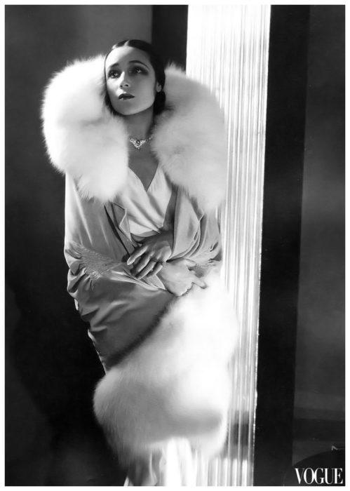 Dolores del Río con vestido de satín blanco y estola de peluche