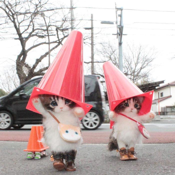 Gatitos de lana con conos en la cabeza