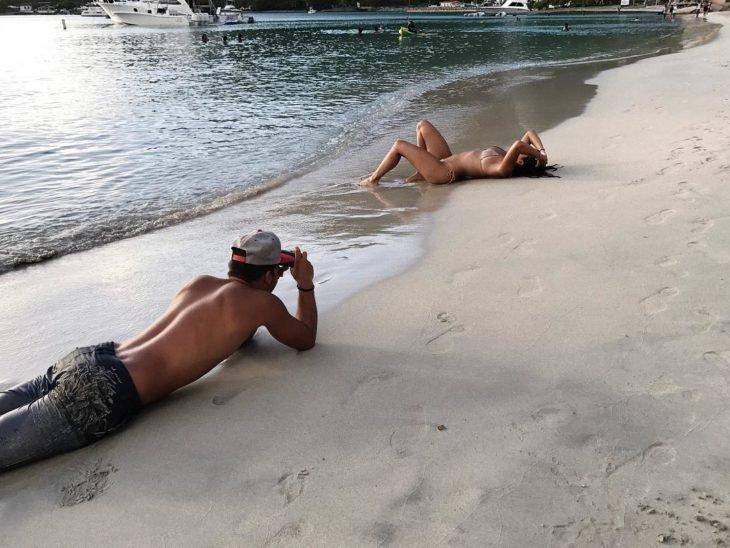 chico tomando fotos a su novia