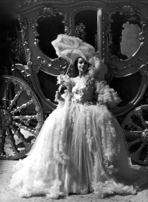 Dolores del Río vestido del siglo XIX blanco