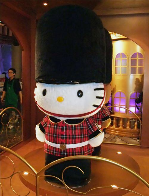 Hello Kitty vestida de guardia londinense