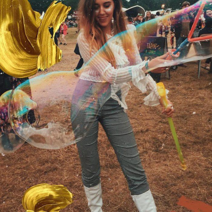 chica divirtiendose con burbujas