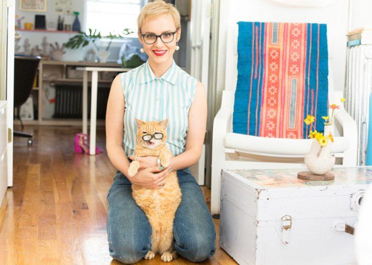 chica cabello corto rubia con gato naranja