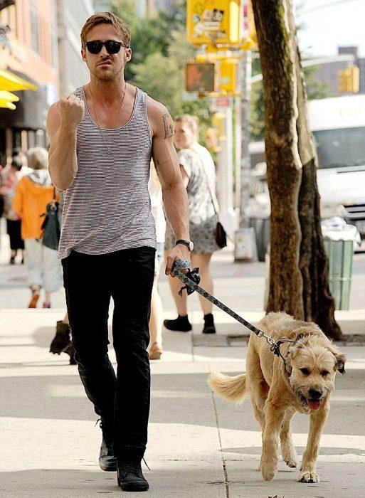 Ryan Gosling y George de paseo