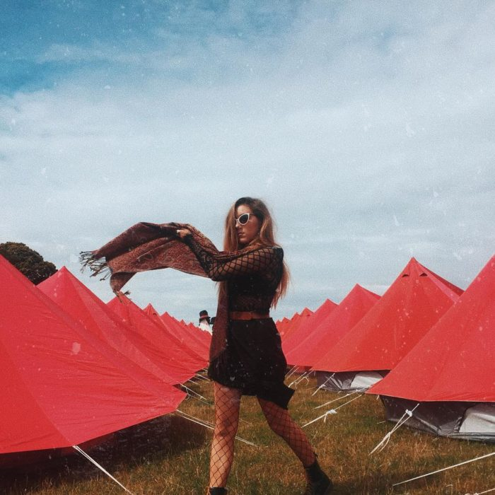 chica en festival falda negra