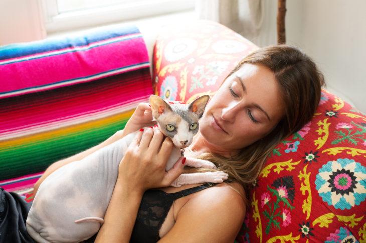 chica con un gato esfinge