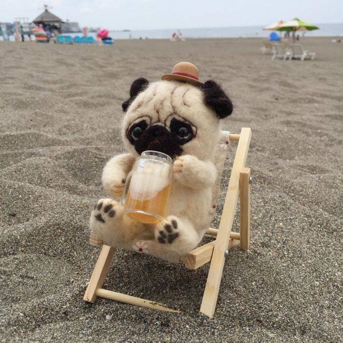 Pug de lana sentado en la playa