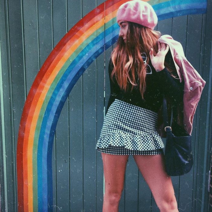 chica con falda y arcoiris