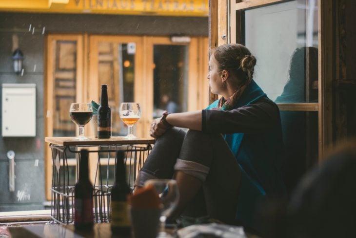 chica sola en el bar