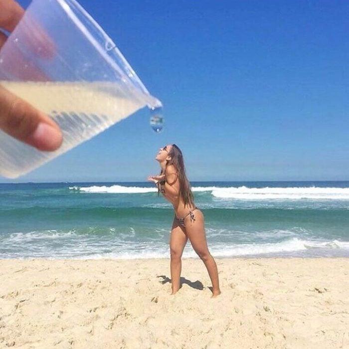 chica tomando agua de vaso gigante