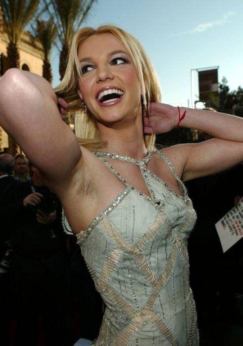 Britney Spears axilas velludas