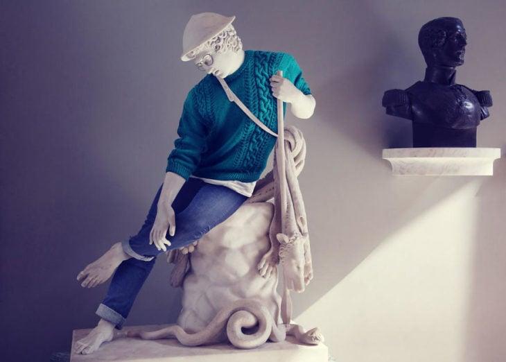 escultura clásica vestida de manera moderna