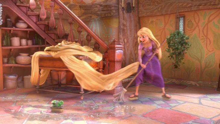 rapunzel trapeando el piso