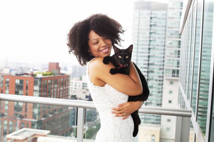 Mujer afroamericana con gato negro
