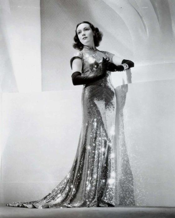 Dolores del Río usando vestido brillante muy glamoroso