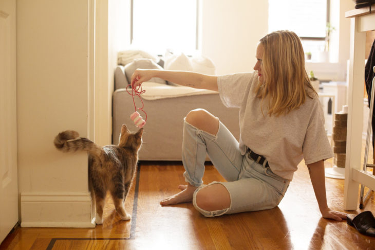 Chica jugando con su gato