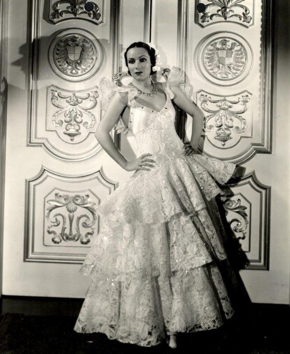 Dolores del Río vestido de olanes blanco