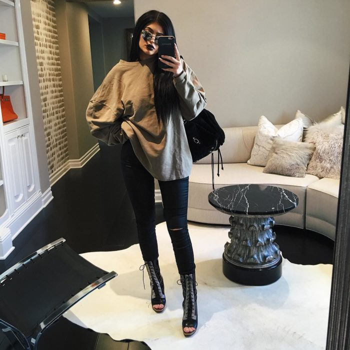Kylie Jenner mallones negros, sudadera gris
