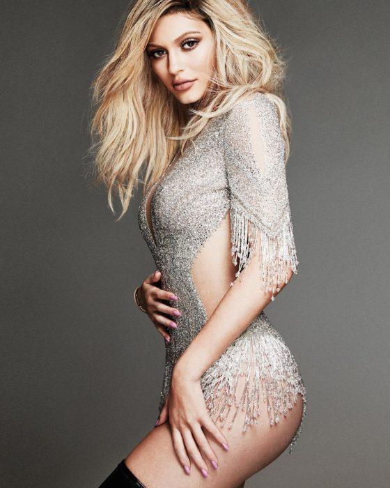 Kylie Jenner posando para elle canada vestido brillante