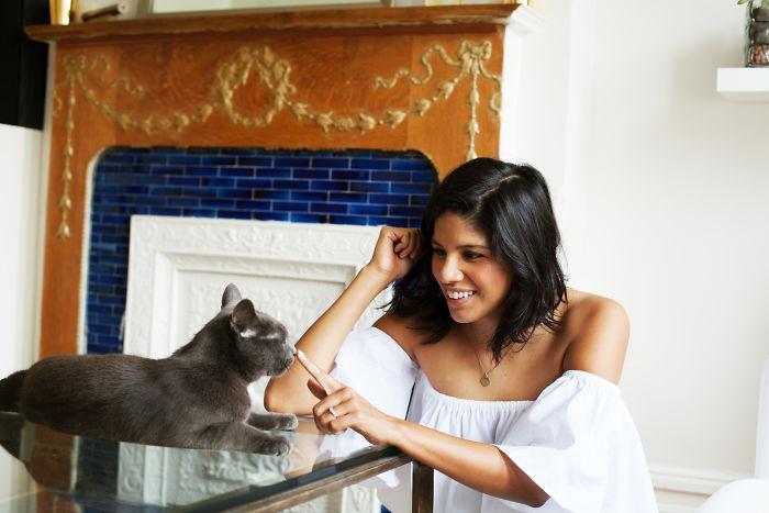 Chica con su gato en una mesa