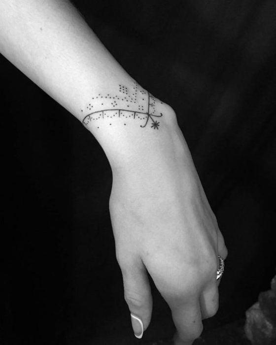 tatuaje de brazalete minimal