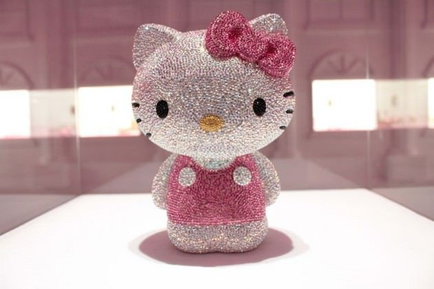Estatua de diamantes de hello kitty