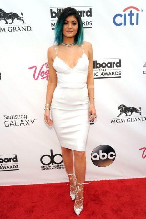 Kylie Jenner 2014 vestido blanco cabello turquesa