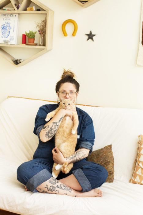 Chica con gato naranja
