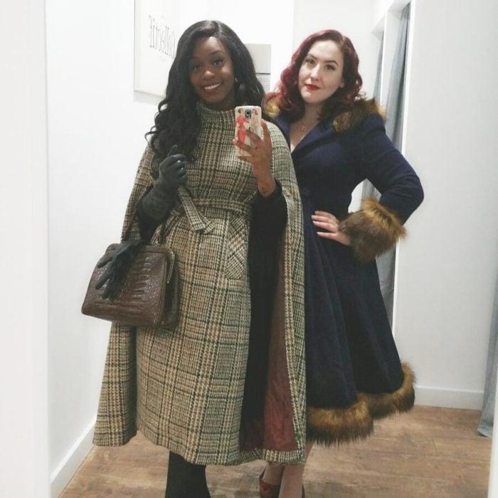 mujeres con abrigos café vintage