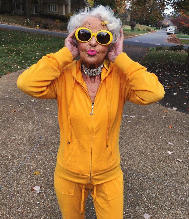 mujer vestida de amarillo lentes oscuras