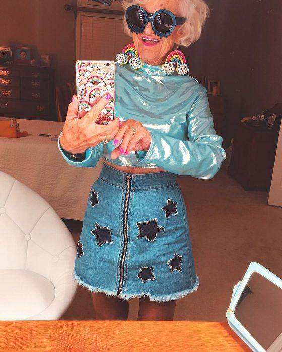 mujer con falda mezclilla y blusa azul