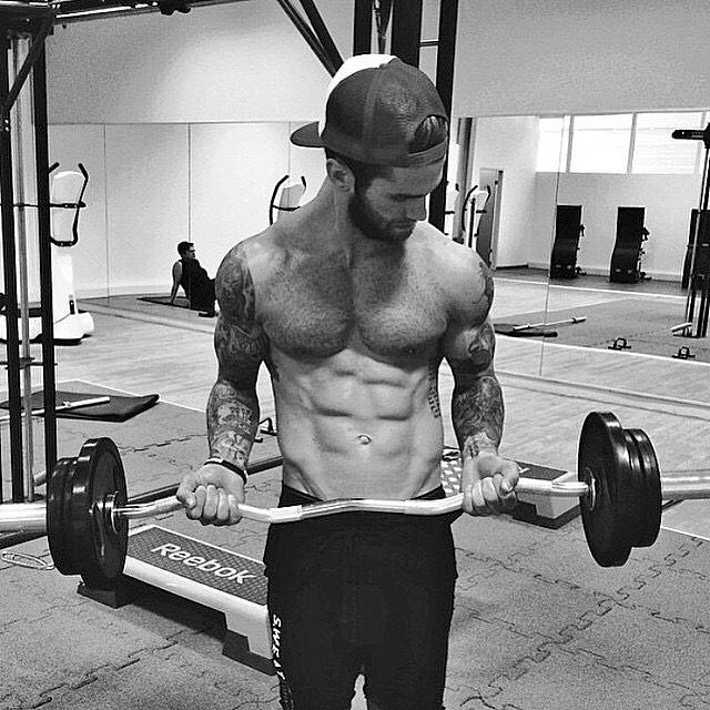 Andre Hamann levantando pesa