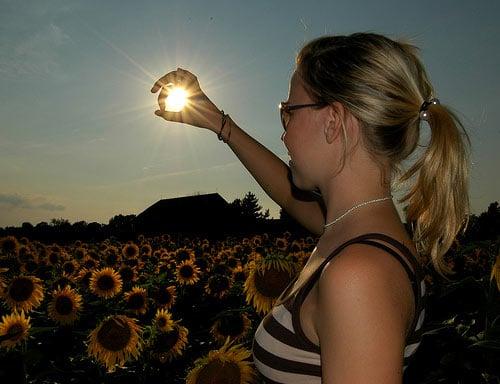 chica atrapando el sol