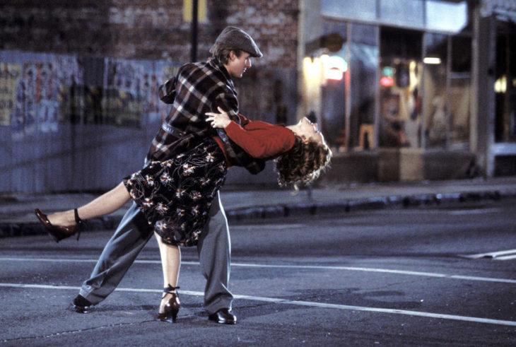pareja bailando feliz en la calle