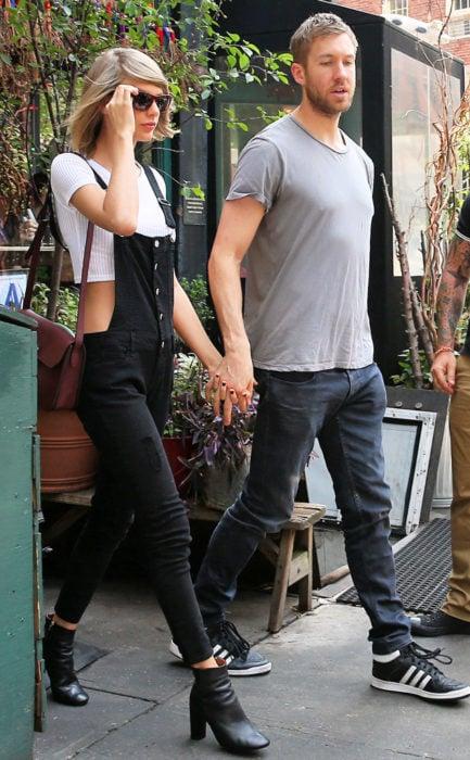 pareja de novios saliendo de un restaurante