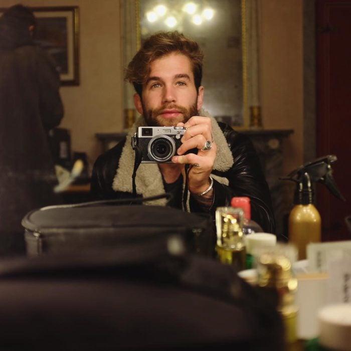 Andre Hamann en sala tomando foto