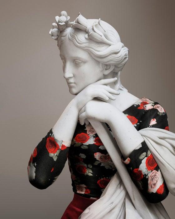 escultura clasica vestida de hipster