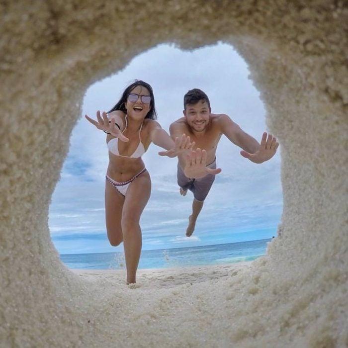 chicos entrando en un hoyo de arena
