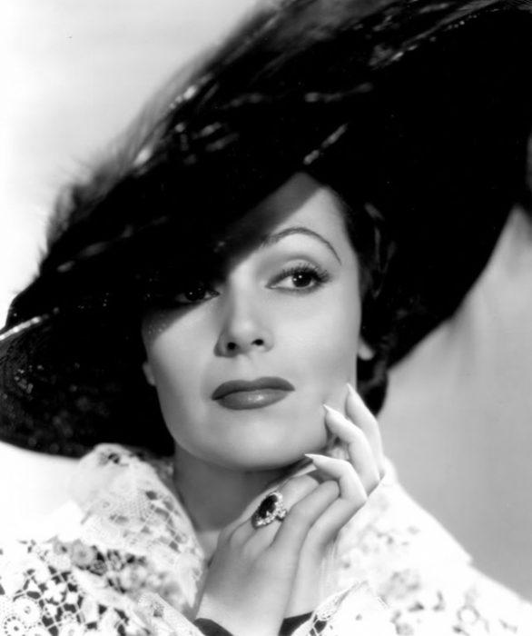 Dolores del Río sombrero negro