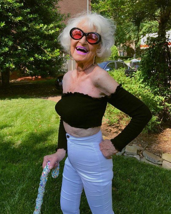 mujer viejita con blusa negra