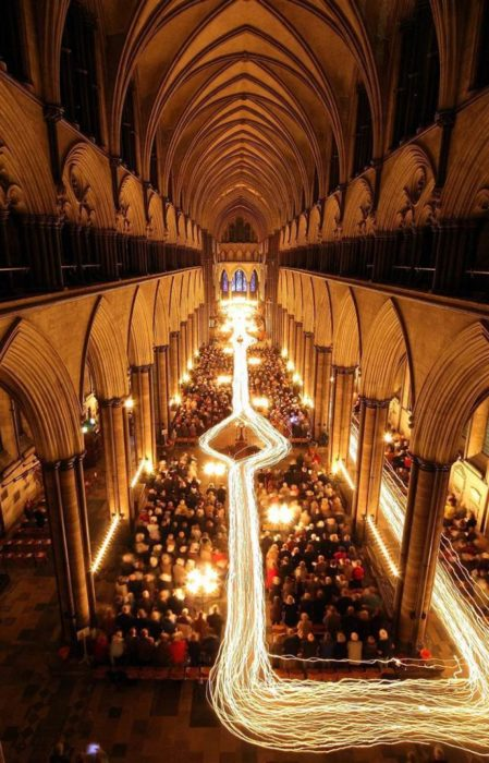 la trayectoria de las velas en una procesión