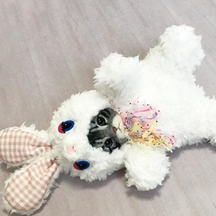 gato de lana con pijama de conejo
