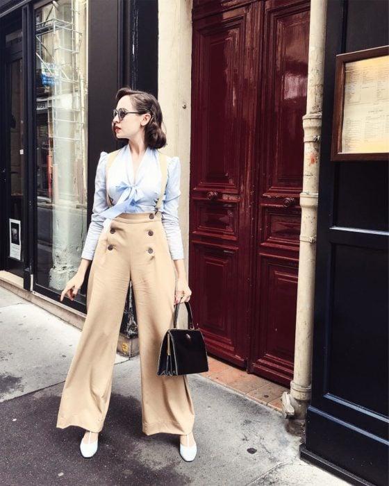 mujer con pantalon color crema