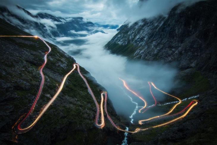 trayectoria de un vehiculo en carretera noruega