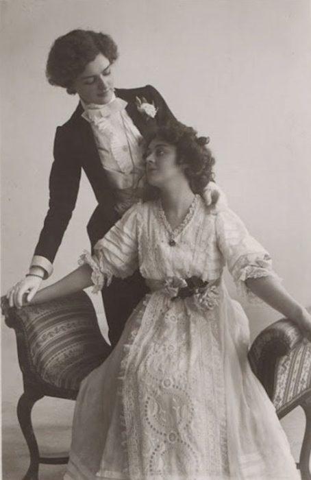 fotografía antigua pareja mujeres amor lésbico blanco y negro vestidas novia y novio