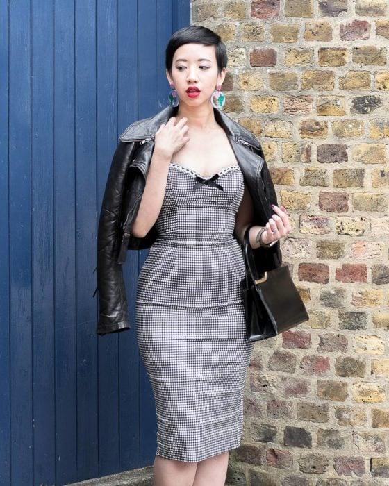 mujer con vestido ajustado de cuadros