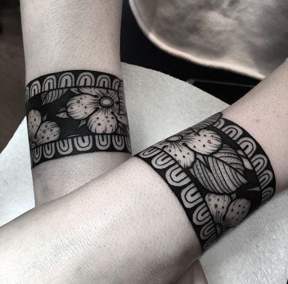 tatuaje de brazaletes gruesos con flores