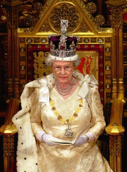 Mujer anciana reina con corona y trono