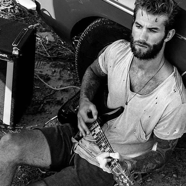 andre hamann tocando guitarra