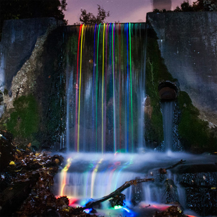 varitas led cayendo de una cascada
